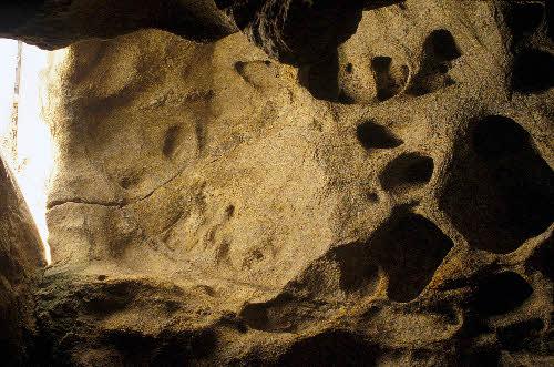 Tafonirapautumalla syntyneitä rakenteita irtolohkareessa, Karhunpesäkivi, Inari.