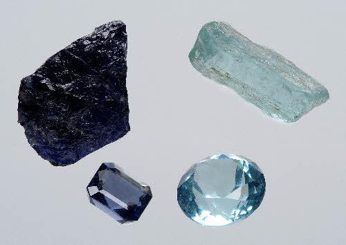 Sininen kordieriitti (vasemmalla) ja akvamariini (oikealla). Molempien mineraalien värin aiheuttaa ionien varaussiirros-mekanismi.