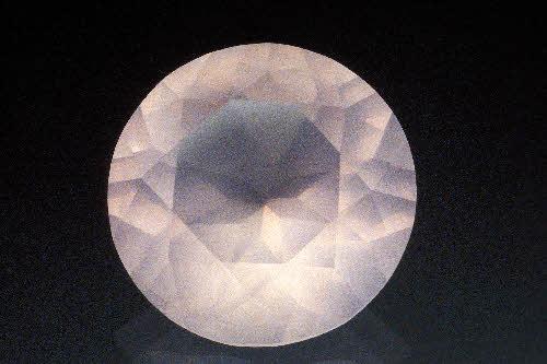 Viistehiottu ruusukvartsi. GTK:n kivimuseo, Tauno Parosen kokoelma. Kiven läpimitta 17 mm.