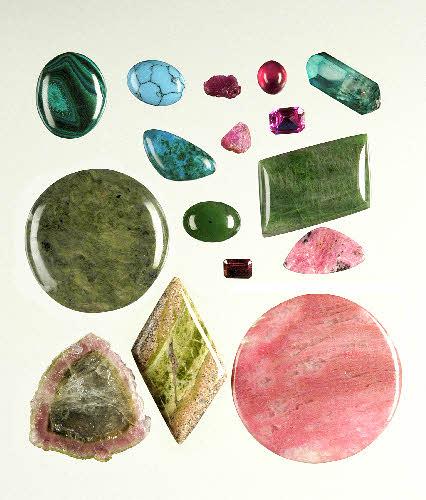 Mineraaleja, joiden väri johtuu siirtymäalkuaineiden aiheuttamasta valon absorptiosta.
