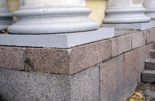 Helsingin yliopiston kirjaston kivijalkaa. (Arkkitehti C. L. Engel, rakenn. 1832-40). Erivärisiä rapakivigraniittimuunnoksia (irtokivistä saatuja blokkeja) on käytetty kivijalkaan.