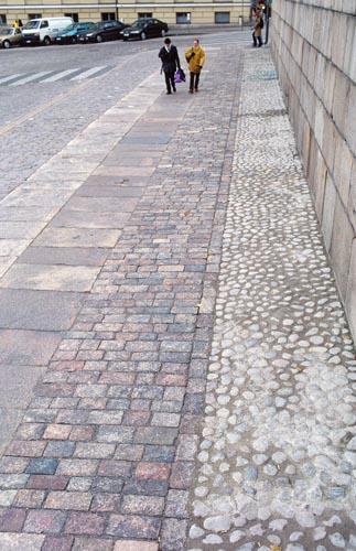 Senaatintorin erilaisia katukiviä Tuomiokirkon edustalla (mukulakiviä, laattoja ja nupukiviä). Kivien sijoittelu tehty 1990-luvulla.