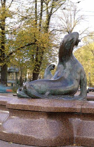Havis Amanda patsaan jalusta  Vehmaan Uhlun punaista rapakivigraniittia. (Ville Vallgren 1908)kauppatori.