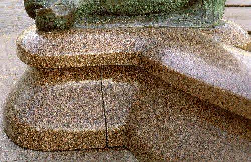 Havis Amanda patsaan jalusta  Vehmaan Uhlun punaista rapakivigraniittia. (Ville Vallgren 1908