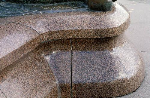 Havis Amanda patsaan jalusta  Vehmaan Uhlun punaista rapakivigraniittia. (Ville Vallgren 1908)