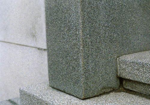 Suomen pankin vanhan setelipainon (Rauhankatu 19) pääoven kivinen ovenpieli, kurun harmaa graniitti.