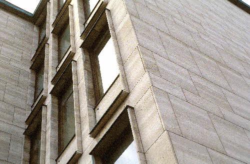 Suomen pankin lisärakennus. (Rauhankatu 16, arkkitehti Harry W. Screck, 1959). Kivi on ns. Almond-travertiinia.