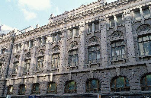 Suomen yhdyspankin vanha pääkonttori (Aleksanterinkatu 36). Arkkitehti Gustaf Nyström (1896-98). Suomen ensimmäinen kivitalo, jossa koko julkisivu koristeineen on hakattu graniittiin. Kivi on Hangon graniittia. Kiven paksuus seinässä on 30-45 cm.