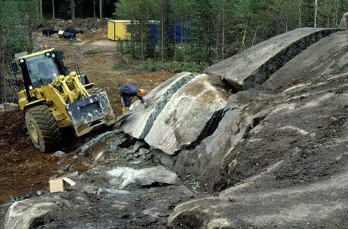 Rakennuskiviesiintymän koelouhintaa. Kiuruvesi, Hukkavuori. (Kaavin Kivi Oy)