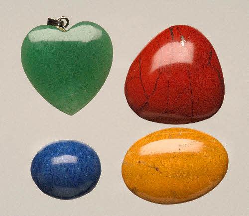 Vasemmalla ylhäällä vihreä aventuriinikvartsiitti (lev. 25 mm), alhaalla sininen dumortieriittipitoinen kvartsiitti. Oikealla punainen ja keltainen jaspis. (Eivät Suomesta). (Seppo Lahden kokoelmat)