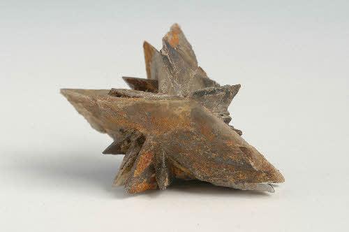 Glauberiitti. USA, Kalifornia, Salton Sea. Näyte: Suomen Kivikeskuksen kokoelmat / Saatu: GTK, Kivimuseo. 12 g. 3 x 4 x 2,5 cm.