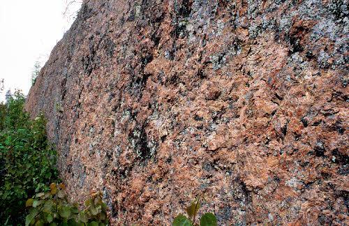 Pegmatiittigraniittinen seinämä, Högbacka, Nuuksion kansallispuisto, Espoo.