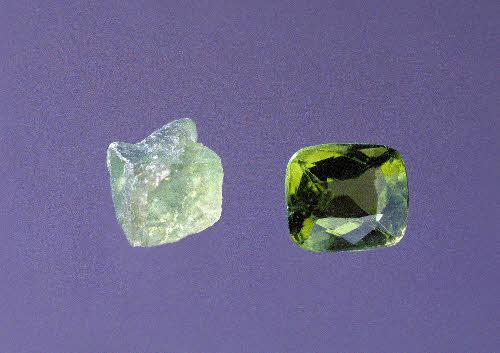 Peridoottia (oliviini) raakakivenä ja hiottuna. Näytteet GTK:n kivimuseo.