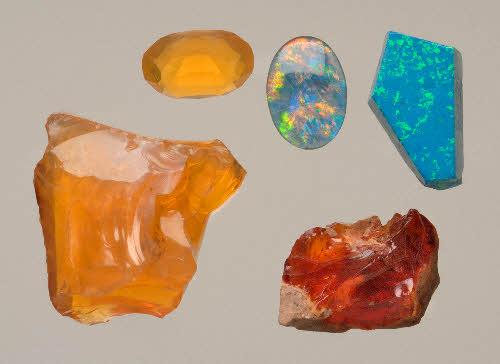 Opaaleja, vasemmalla (kellertävät) tuliopaali, Venäjä. Pyöröhiottu kivi jalo-opaali, Autralia. Oikealla ylhäällä synteettinen opaali, Venäjä. Oikealla alhaalla tuliopaali, Meksiko. (Seppo Lahden kokoelmat)