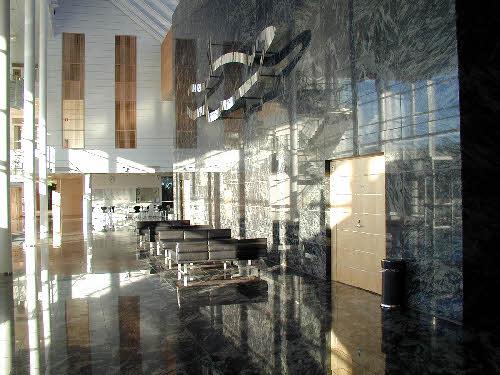 Agora-talo Jyväskylässä. Rakennuskiven käyttöä. Kivenä kiillotettu Amadeus, Sulkavan monivärinen granaattikordieriittigneissi. Ylistönrinne, Mattilanniemi 2.