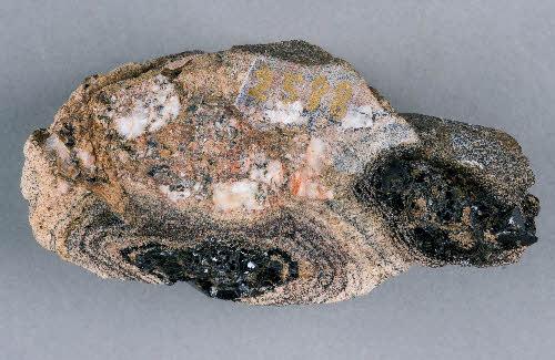 Ksenoliittityyppisen pallokiven ja graniitin kontakti. Tiituspohja, Laukaa.
