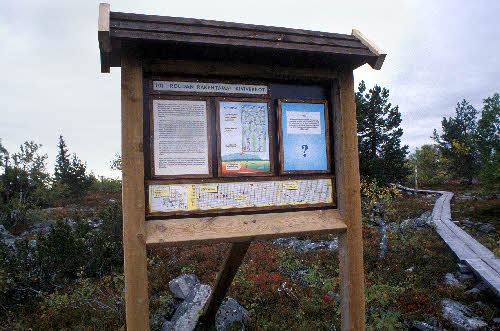 Opastaulu Kivitunturin geologisella luontopolulla: Kuviomaat. Savukoski.