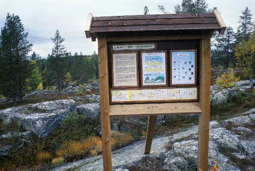 Opastaulu Kivitunturin geologisella luontopolulla: Kivettyneet hiekkasärkät. Savukoski.