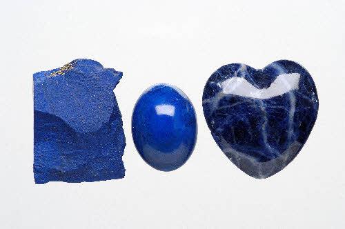 Vasemmalta lapis latsuli raakakivenä ja hiottuna. Oikealla hiottu sodaliitti. Sininen väri aiheutuu radioaktiivisen säteilyn synnyttämästä värikeskuksesta, joka absorboi muut värit. Lapis latsuli koostuu pääosin lazuriitista.